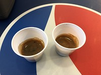 Italië: Vraag je 2 koffie om mee te nemen krijg je dit 🤣