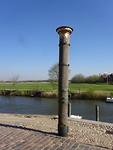 De paal met de waterstanden er op, de bovenste is de waterstand van 1634
