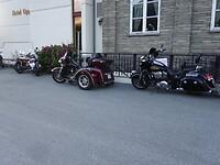 Deze Harley en Indian stonden voor het hotel