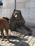 vreemd standbeeld.