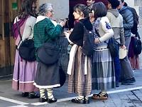 Traditionele kleding vanwege feestdag.