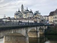 De kathedraal en oude brug van Périgueux.