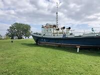 Onze camper staat naast deze boot.