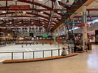 Heel groot winkelcentrum met in het midden een ijsbaan.
