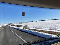 Onderweg naar de kust rijden we weer door de sneeuw.