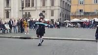 Komiek op plein in Rome