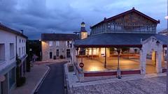 Markthal (en daarachter Mairie) Pellegrue s'avonds.
