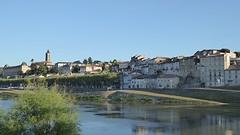 La Réole gezien vanaf andere oever La Garonne.