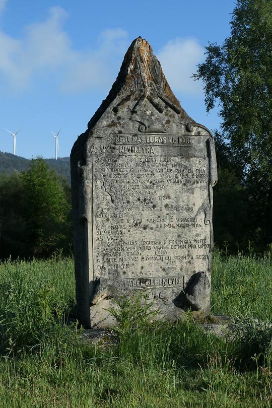 Monument op Monte do Faro. Degene die dit ontcijfert wint de gratis voetreis naar Santiago.