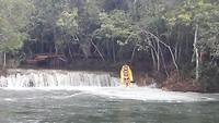 kayakken bij de watervallen in Bonito