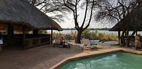 Zwembad aan de rivier in Kazangula. The Big 5 Chobe River Lodge Campsite