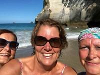De meisjes bij Coromandel Beach
