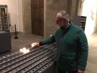 kaarsje opsteken in de basiliek van Echternach