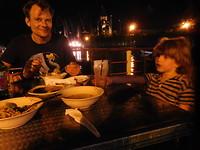 Uit eten bij Kampoeng Popsa, pal naast de moderne haven