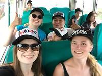 In de lokale bus