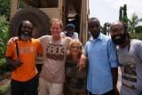 met één van de buurmannen, een fotograaf (in oranje) en zijn leerlingen in Accra