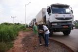 afscheid van de Ivoriaanse chauffeurs, nog even naar de route kijken