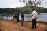bij het meer in gesprek met een leraar