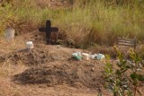 als vrouw begraven in Congo, met je potjes en je pannetjes