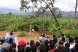 gered uit de ondergelopen hut in de bananenplantage