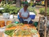 klaarmaken van de kruidenthee op de plaza