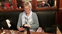 Erna aan de smartphone!