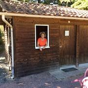 Monique trots in haar houten huisje op de camping