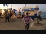 Dansvoorstelling op de boulevard in klederdracht