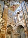 In de kathedraal met bovenin het symbool de schelp