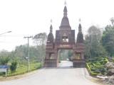 Ingang naar groot tempelcomplex in Dan Sai