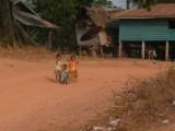 Zwaaiende en hello roepende kinderen in Laos