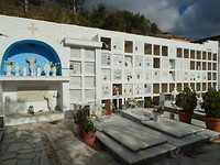 Het kerkhofje van het dorp Aghapi!