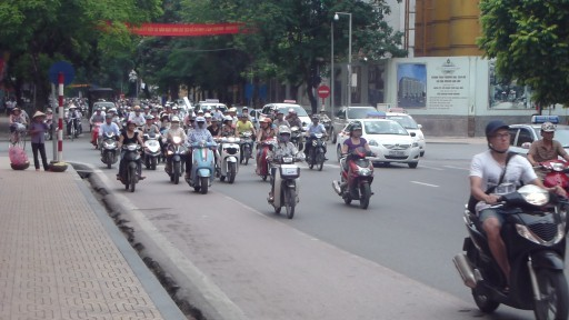 voornamelijk brommers voor het vervoer in Hanoi