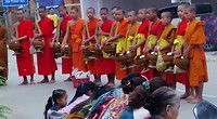 Boeddhistische monniken komen vroeg in de ochtend langs om gaven op te halen