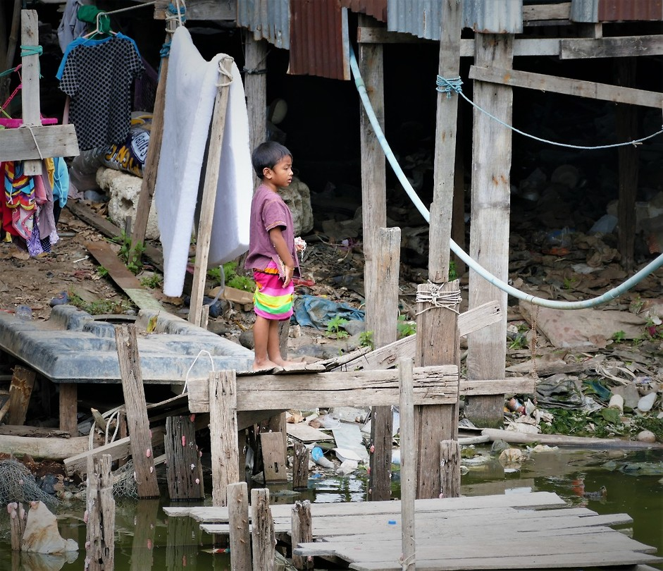 Kind in sloppenwijk, Bangkok