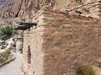 Huisjes tegen de bergwand van rond de 500 jaar oud 2