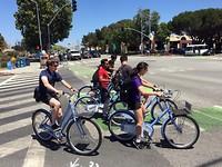 Facebook werknemers op een facebook fiets