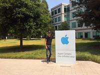 Martin bij Apple Campus, One Infinite Loop
