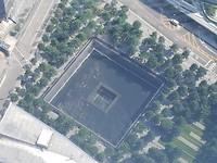 Zicht op een van de vijvers van het 9/11 memorial vanuit One World Observatory