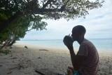 Uit een kokosnoot drinken op een onbewoond eiland!