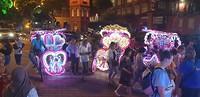Overal in de stad reden er van zulke wagen voorbij met luide muziek en heel veel lichtjes