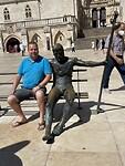 Mezelf met standbeeld bij kathedraal