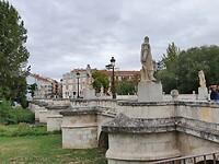 Brug met standbeelden van El Cid en zijn makkers.
