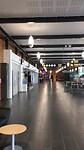 Corona-lege internationale vertrekhal vliegveld