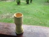 Een houten bekertje, water erin en een uurtje laten trekken, geneeskrachtig bv tegen malaria