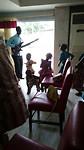 Kerkdienst in een lokale kerk, de kinderen aan het dansen