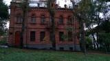 Één van de bakstenen gebouwen