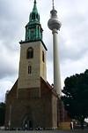 De St. Marienkirche en de 368m hoge Fernsehturm in een blik gevangen