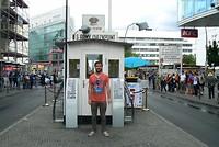 Stefan bij Checkpoint Charlie