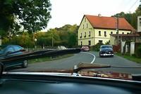 Vandaag rijdt de rode Jaguar van Geke en Yvonne met ons mee